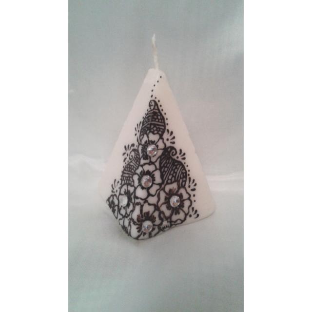 lumanare-piramida-alb-negru.jpg